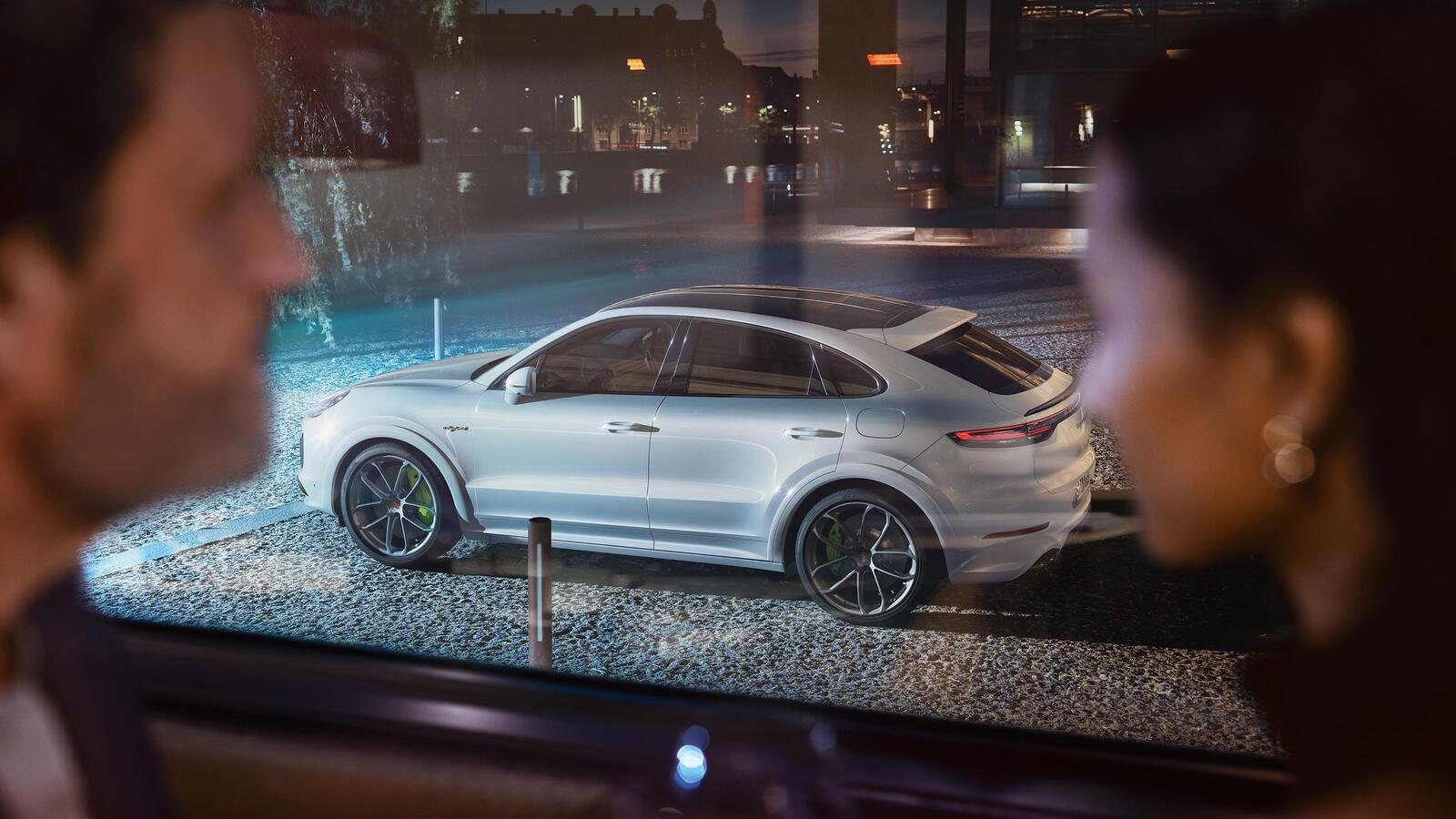 Porsche - Cayenne Turbo S E-Hybrid Coupé - Форма определена содержанием.