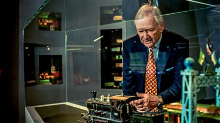 Hans-Peter Porsche in front of a model of a locomotive
