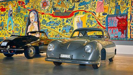 Lord Norman Fosters Porsche 356 vor einem Wandteppich von Grayson Perry