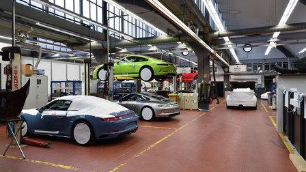 2016: Werkstatt mit 911 R auf der Hebebühne
