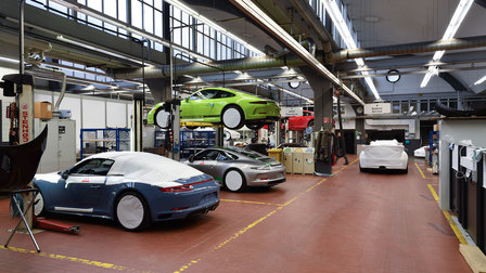 Porsche 2016: Workshop with 911 R on the hydraulic ramp